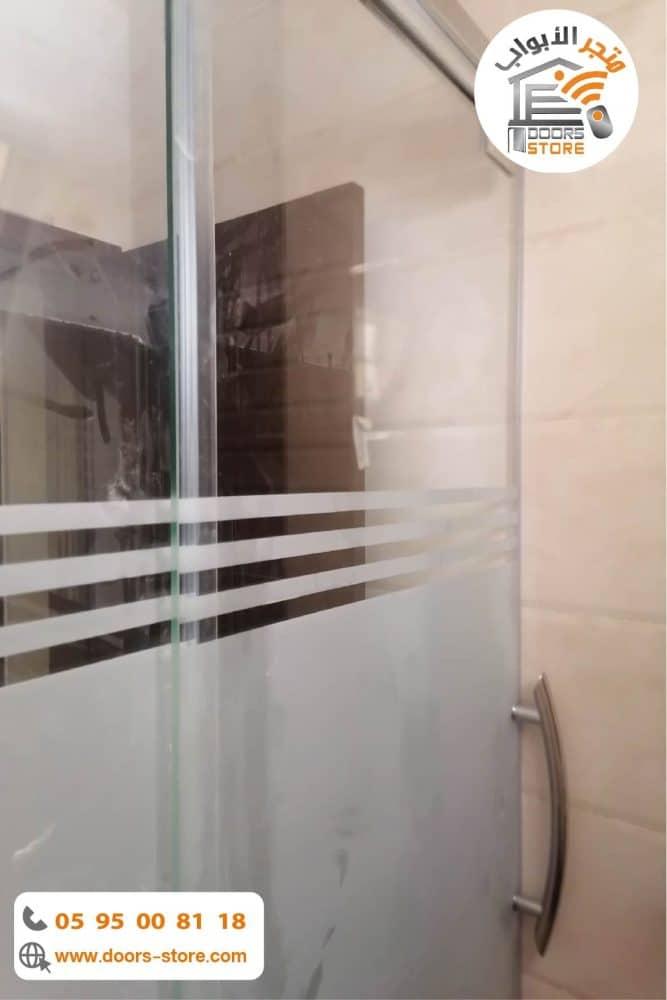كابينة استحمام مقفل بخطوط